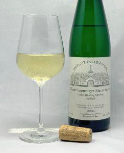 Hofgut Falkenstein Niedermenniger Herrenberg Riesling Spätlese feinherb AP4 2018 mit Glass