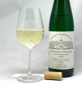 Hofgut Falkenstein Krettnacher Altenberg Riesling Spätlese trocken AP7 2020 mit Glass